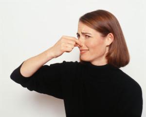 Выделения с запахом мочи